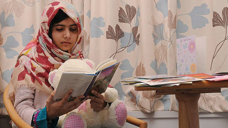 A paquistanesa Malala Yousafzai, 15, que foi baleada pelo Taleban por causa de um blog em que ela defendia o acesso de meninas à escola, se recupera em um hospital em Birmingham, na Inglaterra (09/11/2012)