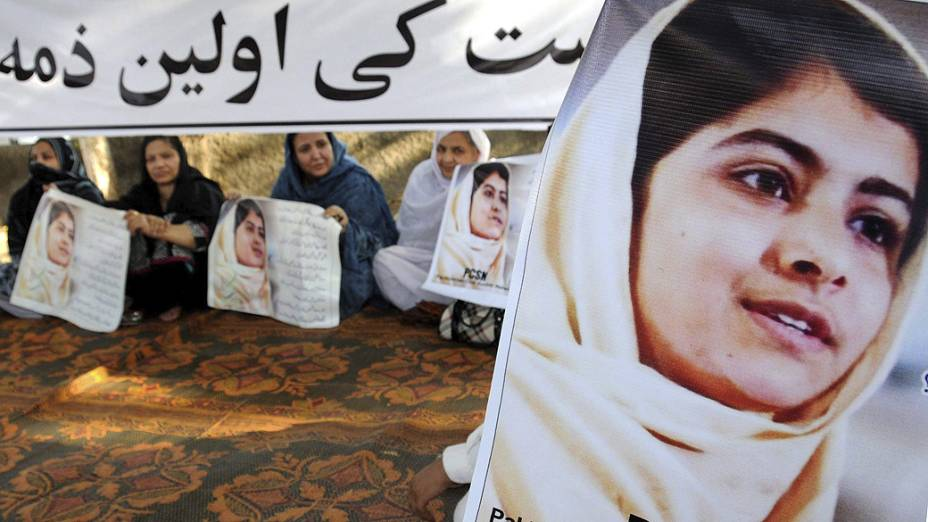 Ativistas islâmicas protestam contra a tentativa de assassinato de Malala Yousafzai, em Lahore, no Paquistão (11/10/2012)