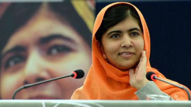 A jovem paquistanesa Malala Yousafzai após receber o prêmio Sakharov, no Parlamento Europeu, em Estrasburgo, na França