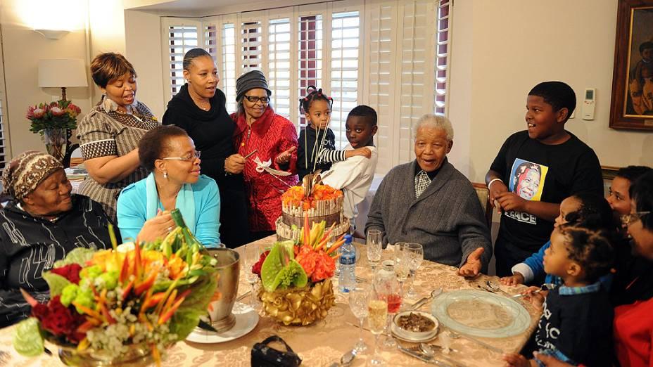 Nelson Mandela com membros da família durante comemoração de seu aniversário em sua casa na cidade de Qunu, na África do Sul