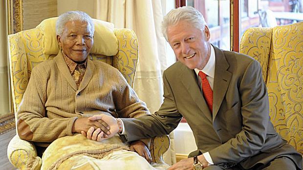 2011 - O ex-presidente dos EUA Bill Clinton visita Mandela um dia antes do sul-africano completar 94 anos