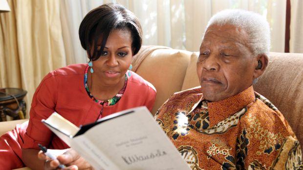 2011 - Michelle e Mandela leem juntos na residência do ex-presidente sul-africano