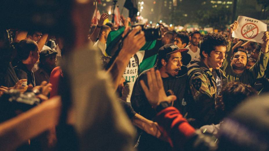 São Paulo - Manifestação pacífica na Avenida Paulista, teve pequenos tumultos entre apartidários e militantes de partidos políticos