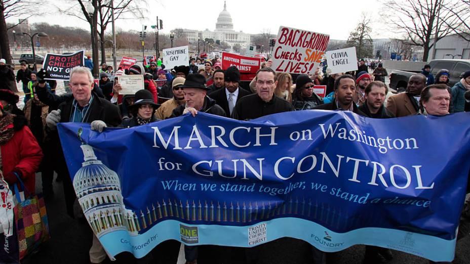 O prefeito Vincent Gray caminha com milhares de pessoas em marcha a favor do controle de armas, em Washington