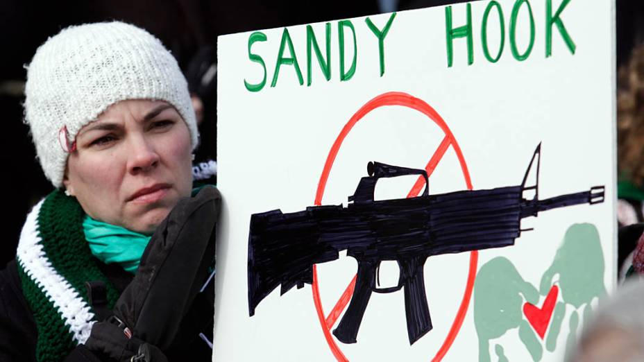 Manifestante relembra o tiroteio de Newtown durante Marcha em Washington a favor do controle de armas nos EUA