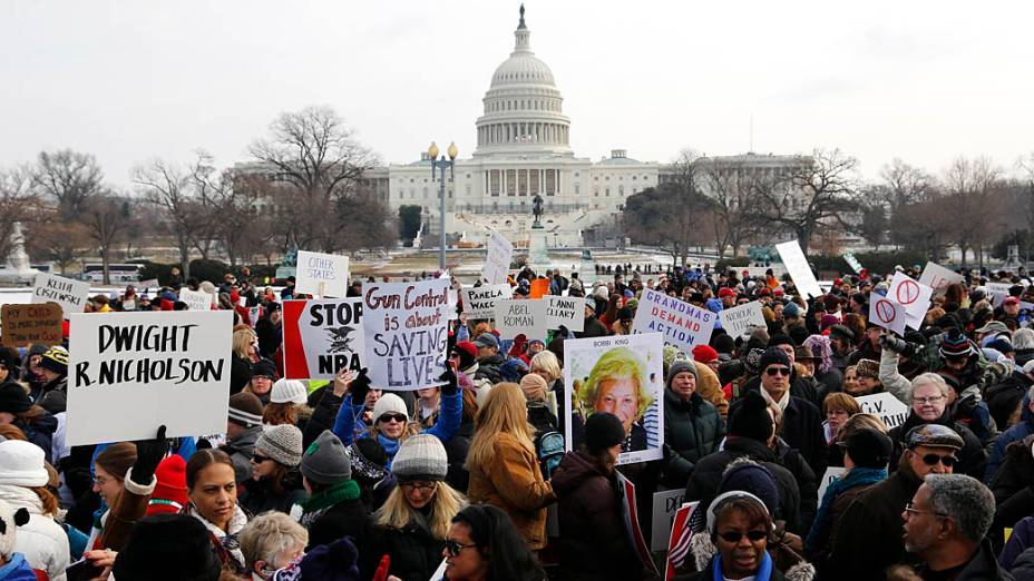 Milhares de pessoas participam da marcha em Washington a favor do controle de armas nos EUA