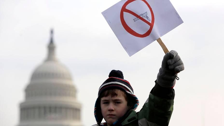 Peyton Tremont, de 7 anos, segura cartaz a favor da proibição das armas, em Washington