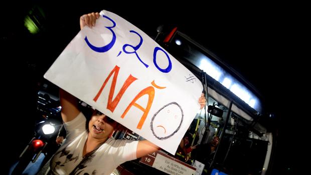 Novo protesto contra aumento do transporte público em São Paulo, em 07/06/2013
