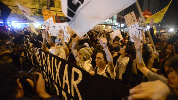 Em Pinheiros, novo protesto contra aumento do transporte público em São Paulo, em 07/06/2013