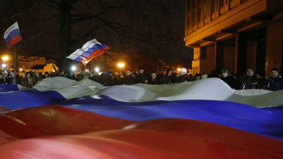 Manifestantes estendem bandeira gigante da Rússia na Crimeia, ao sul da Ucrânia