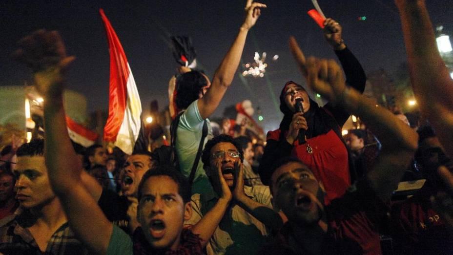 Manifestantes pedem a renúncia do presidente Mohamed Mursi, na madrugada desta quarta, 3 de julho de 2013, no Cairo