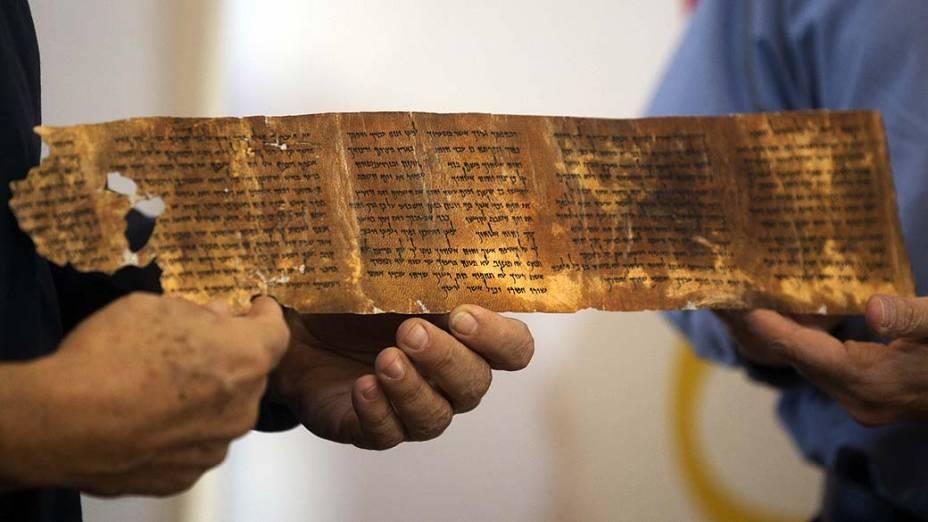 Réplica de segmento dos Manuscritos do Mar Morto, que possuem mais de 2.000 anos de idade e serão publicados online