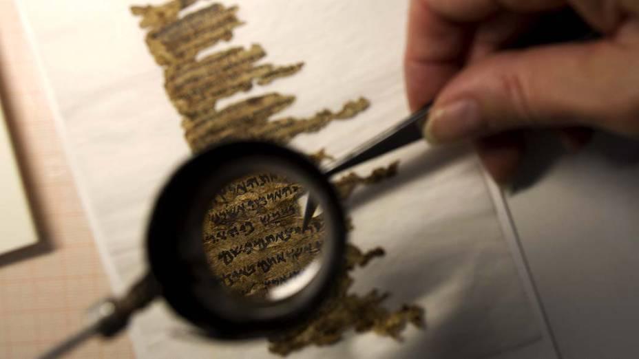 Analista de conservação examina fragmentos dos Manuscritos do Mar Morto, que possuem mais de 2.000 anos de idade e serão publicados online