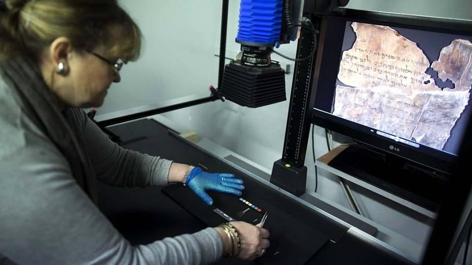 Analista de conservação fotrografa fragmento dos Manuscritos do Mar Morto, que possuem mais de 2.000 anos de idade e serão publicados online