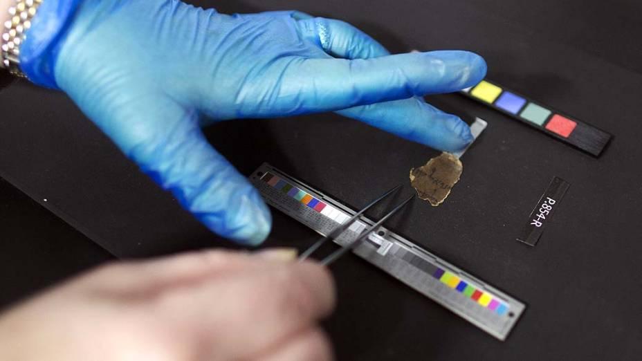 Analista de conservação posiciona fragmento para fazer fotografias dos Manuscritos do Mar Morto, que possuem mais de 2.000 anos de idade e serão publicados online