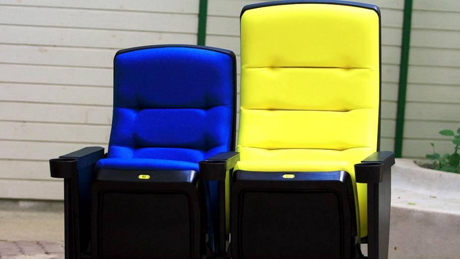 Maracanã: cadeiras de camarote (esq.) e da tribuna de imprensa