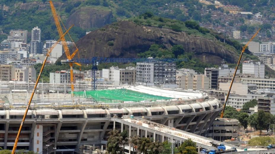 O início da instalação da cobertura do Maracanã para a Copa das Confederações de 2013 e o Mundial de 2014