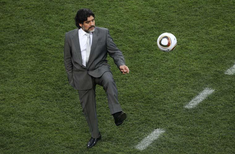 Quando a bola saiu de campo, Maradona recebeu com os pés.