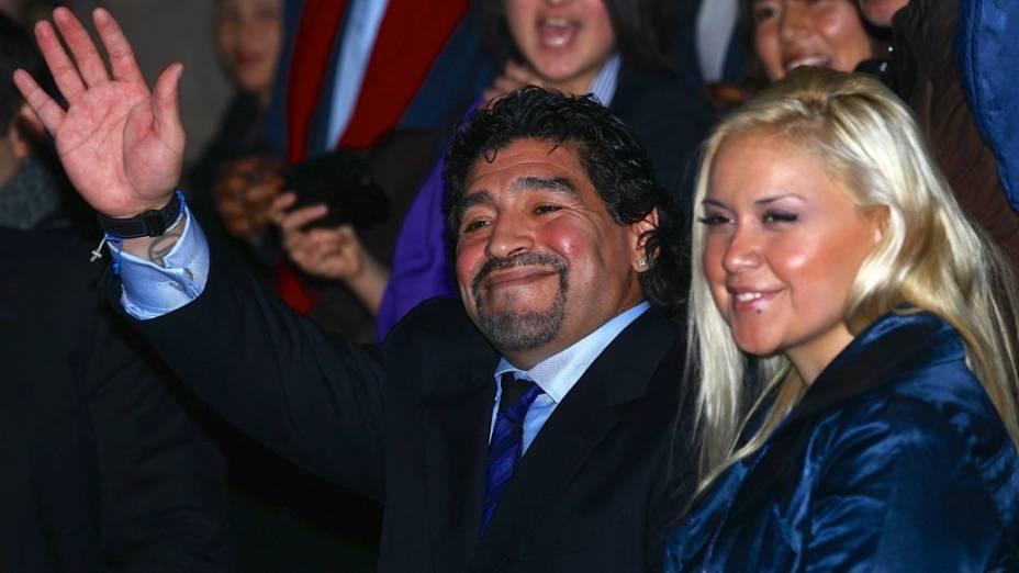 Diego Maradona com sua segunda mulher, Verónica Ojeda, em Londres, em 2010; ela engravidou do ex-craque e deu à luz Diego Fernando, em 2013