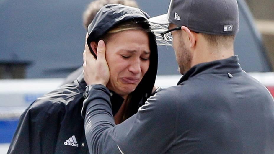Mulher é consolada por um homem após uma explosão na maratona de Boston