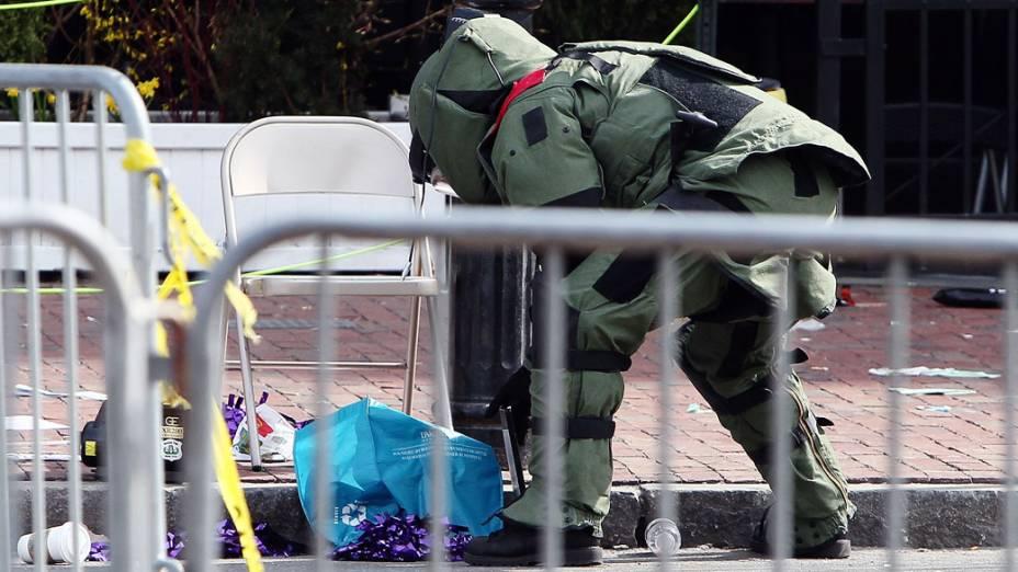 Membro do esquadrão antibombas procura por intens suspeitos, após a explosão na maratona de Boston