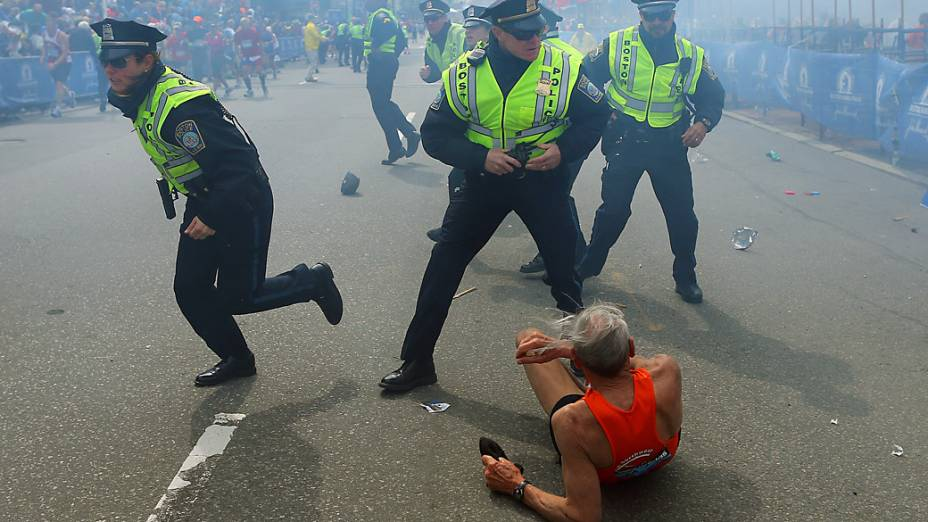 Policiais ouvem a segunda explosão na maratona de Boston