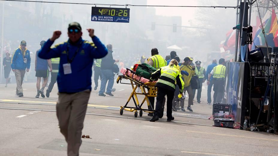 Equipes de resgate socorrem feridos após a explosão na maratona de Boston