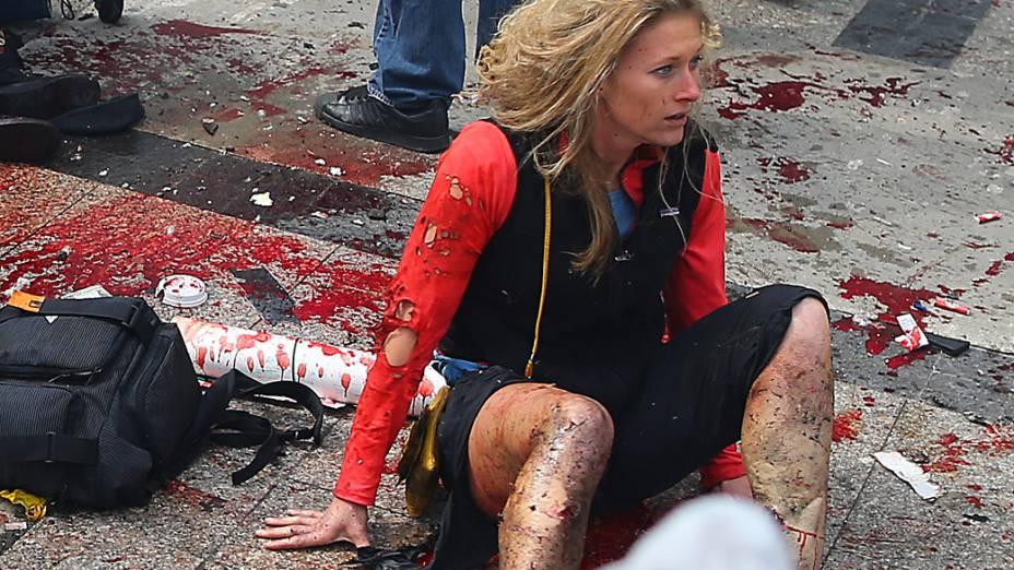 Vítimas são socorridas, após a explosão na maratona de Boston