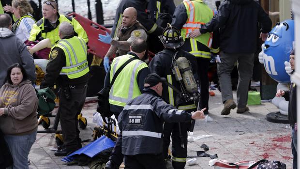 Feridos são socorridos após explosão na maratona de Boston