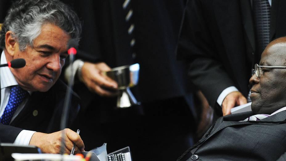 Marco Aurélio Mello conversa com Joaquim Barbosa durante o julgamento do mensalão, em 10/10/2012