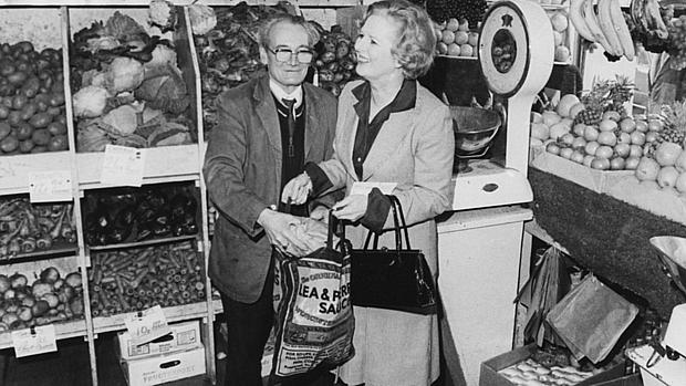 Thatcher faz compras durante a campanha de 1979: tarefas domésticas