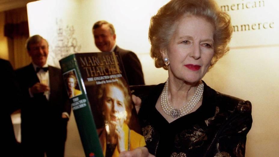 Margaret Thatcher exibe livro de sua autoria em 1997