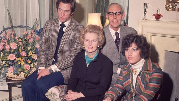 Margaret com os filhos Mark e Carol, e o marido Denis Thatcher, em 1976