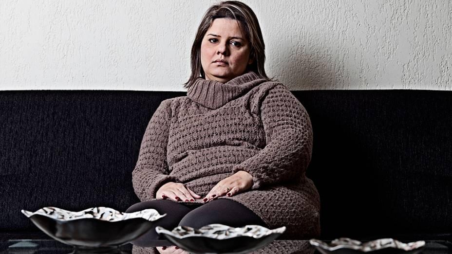 """Maria Helena Vieira de Sousa, 36 anos, tem IMC 39. Este ano, a paulistana já fez de tudo para tentar emagrecer. Além de arriscar até algumas dietas da moda, ela resolveu experimentar a bupropiona, medicamento indicado como off label para a obesidade. """"Senti enjoo, mal estar e dor de cabeça."""" Com a sibutramina, Maria Helena não perdeu peso e ainda ficou depressiva e aérea. """"Depois que engordei, minha pressão arterial aumentou."""""""