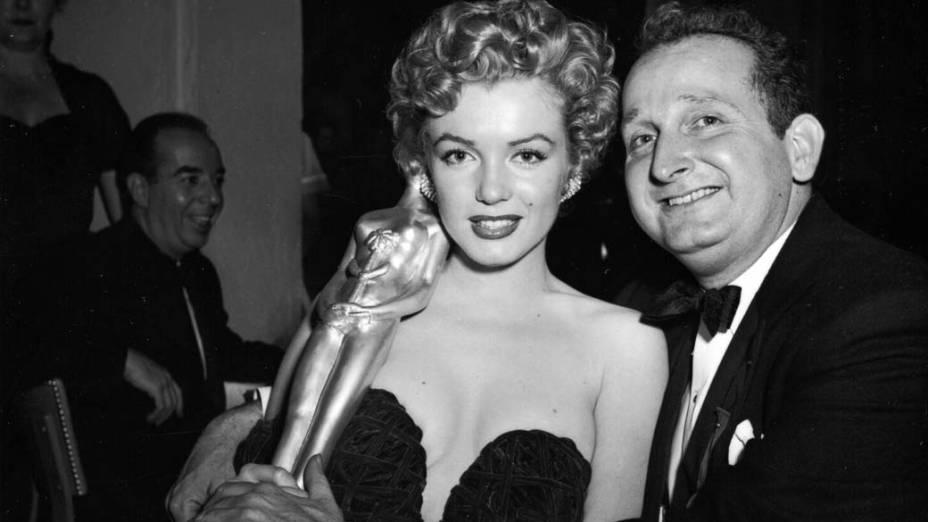 Marilyn Monroe com o prêmio Star of Tomorrow em 1960