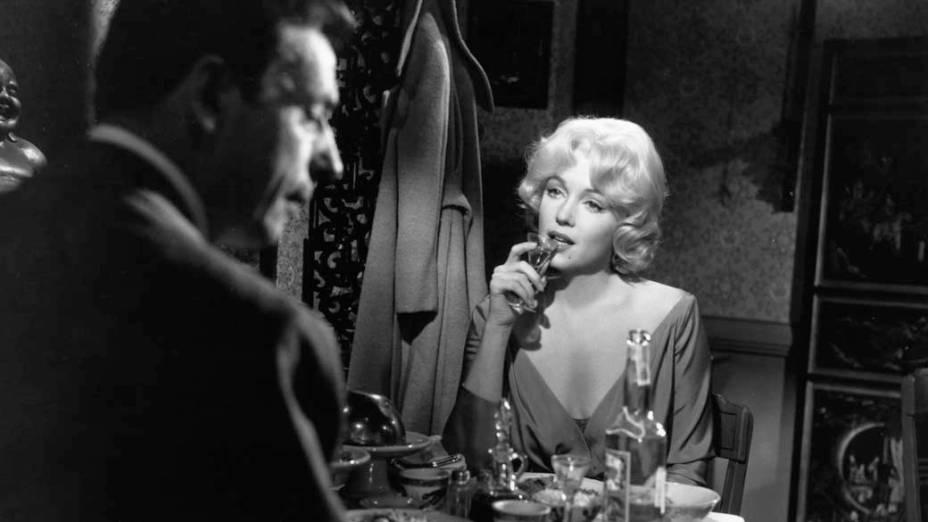 Yves Montand e Marilyn Monroe em cena do filme Lets Make Love de 1960