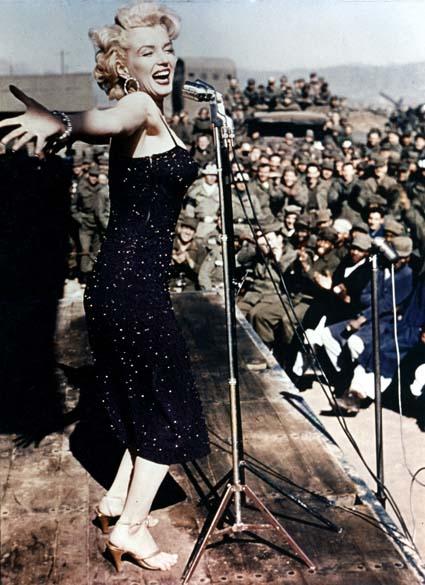 Marilyn Monroe entretendo soldados americanos