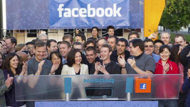 Mark Zuckerberg celebra entrada do Facebook na Nasdaq na sede da empresa, na Califórnia, em maio de 2012