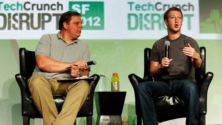O mediador Michael Arrington e o CEO do Facebook, Mark Zuckerberg, durante a conferência TechCrunch Disrupt em São Francisco, Califórnia