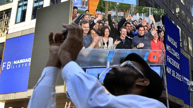 Mark Zuckerberg, fundador do Facebook, aparece em telão em Nova York