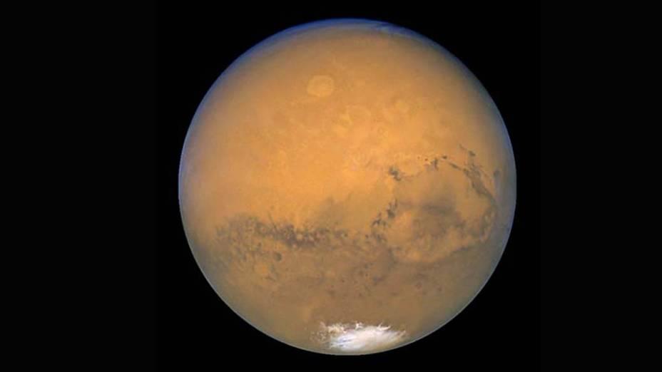 <p>Imagem natural de Marte vista pelas lentes do telescópio Hubble. É possível perceber uma das calotas polares na parte inferior da fotografia - uma mistura de água e dióxido de carbono congelados.</p>