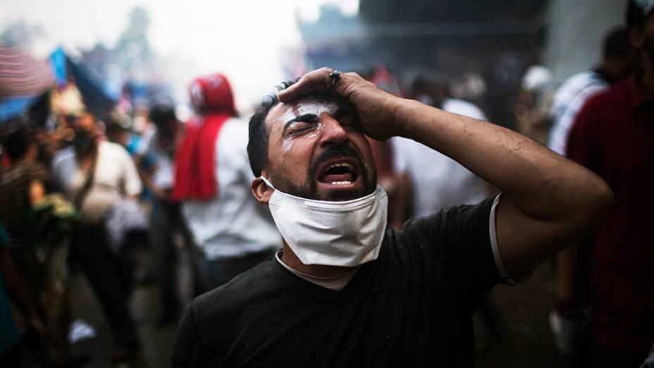 Homem se desespera durante protesto que terminou em confronto entre manifestantes que apoiam o presidente deposto do país, Mohamed Mursi, e a polícia, no Cairo, nesta quarta-feira (14)