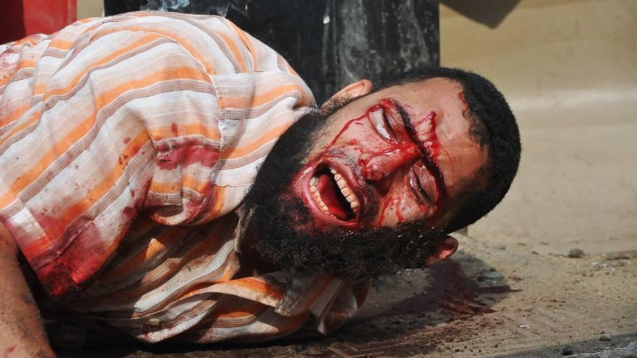 Homem fica ferido durante violentos confrontos entre forças de segurança e opositores no Egito, nesta quarta-feira (14)