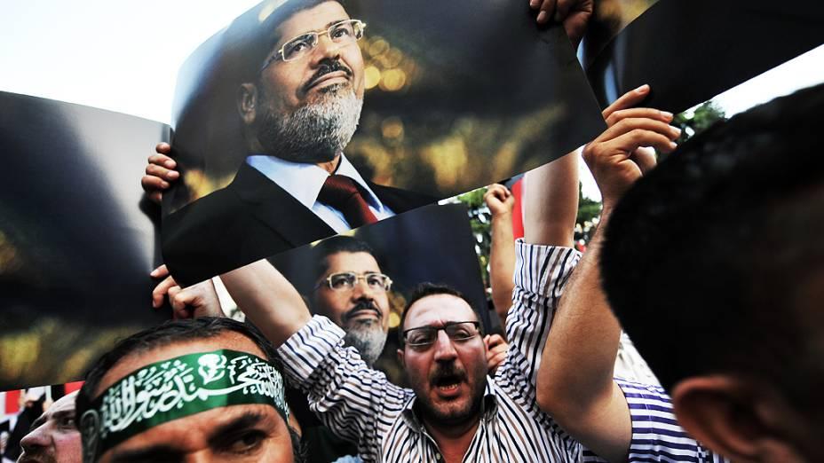 Manifestantes que apoiam o presidente deposto do país, Mohamed Mursi, durante protestos no Cairo, nesta quarta-feira (14)