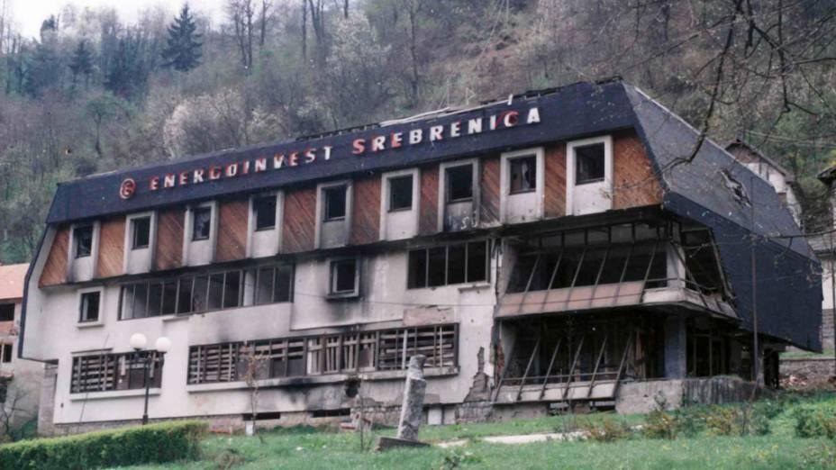 Hotel destruído no período do massacre de Srebrenica, na Bósnia-Herzegóvina, em 1997
