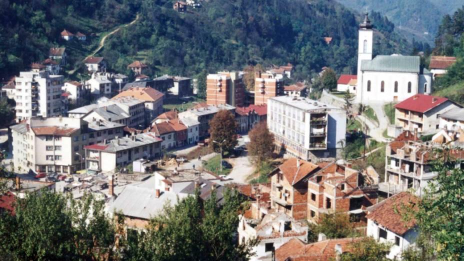 Vista geral da cidade de Srebrenica, na Bósnia-Herzegóvina, em 1997