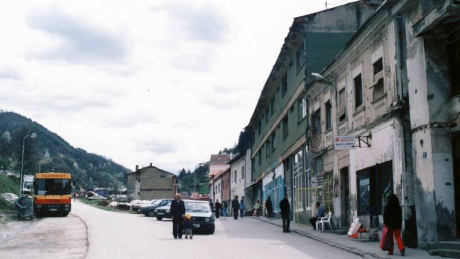 Rua da cidade de Srebrenica, na Bósnia-Herzegóvina, em 1997