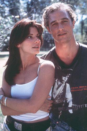 Com Sandra Bullock em <em>Tempo de Matar</em>, de Joel Schumacher, em 1996.