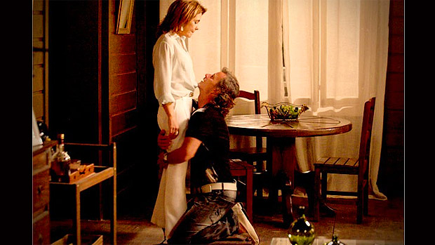 Max (Marcello Novaes) pede perdão a Carminha (Adriana Esteves) de joelhos, em Avenida Brasil