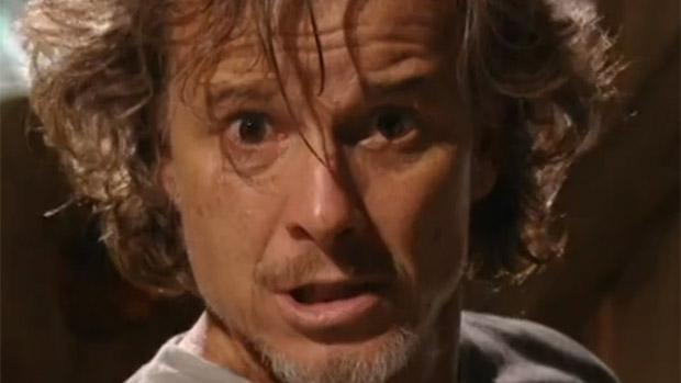 Max (Marcello Novaes) surta e cava a própria cova em Avenida Brasil